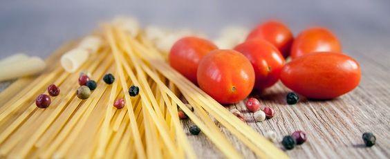 foto di spaghetti e pomodorini in crudo da cucinare con grani di pepe sopra. quando la dieta non funziona spesso mancano nutrienti fondamentali