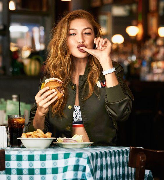 ragazza al tavolo di un ristorante si lecca le dita felice. quando la dieta non funziona va cambiata