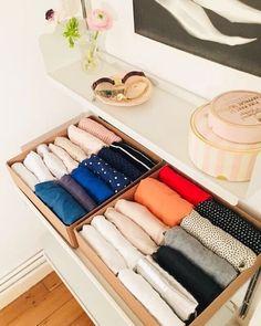 foto di un cassetto con maglie piegate secondo il metodo konmari: decluttering e cambio immagine immediato