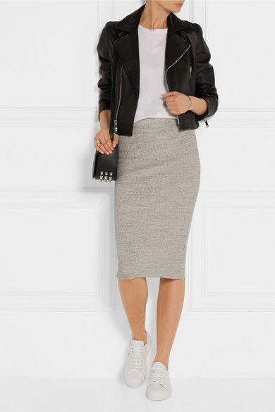 foto di donna con fianchi stretti che indossa un tubino grigio, delle sneackers e una giacca in pelle. basta poco per vestirti bene