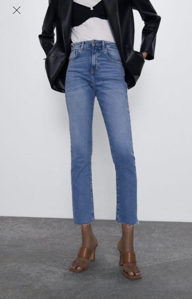 foto Zara jeans straight ma slim sulla gamba indossato con sandali marroni alti e blazer nero